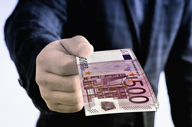 https://pixabay.com/de/photos/euro-geschenk-geldgeschenk-hand-3317432/